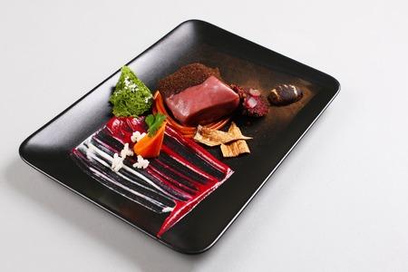Delicioso filete de ternera servido con salsa, espuma molecular y remolacha Foto de archivo - 91346152
