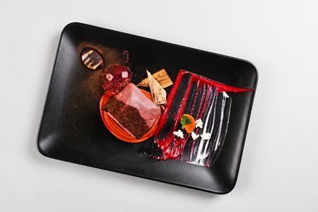 Delicioso filete de ternera servido con salsa, espuma molecular y remolacha. Imagen de archivo. Foto de archivo - 91382159