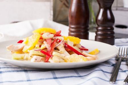 Ensalada de pollo con frutas y verduras. Imágenes de stock. Foto de archivo - 91346166