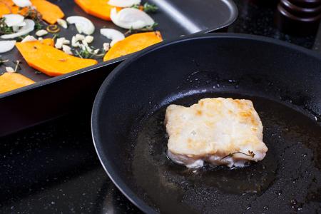 Filete de pescado frito y verduras. Imagen de archivo. Foto de archivo - 91367750