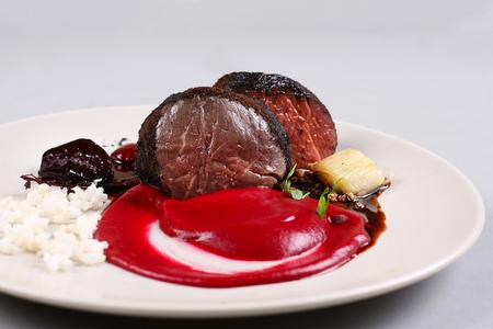Delicioso filete de ternera servido con salsa, espuma molecular y remolacha Foto de archivo - 91367753