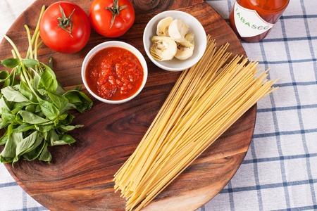 Pasta con salsa de alcachofas y tomates. imagen stok. Foto de archivo - 91346173
