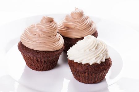 Cupcake de chocolate en el plato blanco. Imagen de archivo. Foto de archivo - 91355903