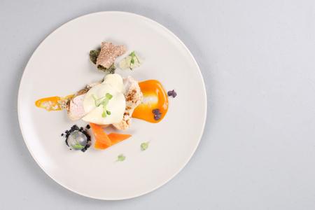 Cocina molecular moderna. pechuga de pollo cocinada al vacío. imagen de stock. Foto de archivo - 91355907