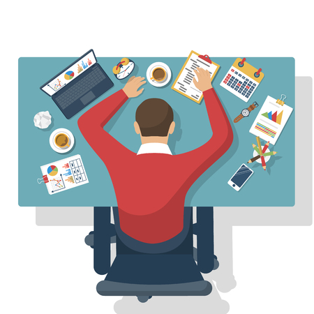 Spanie w pracy. Zmęczony człowiek biznesu. Widok z góry na pulpicie, z materiałów biurowych, laptopów i pracownika spania.
