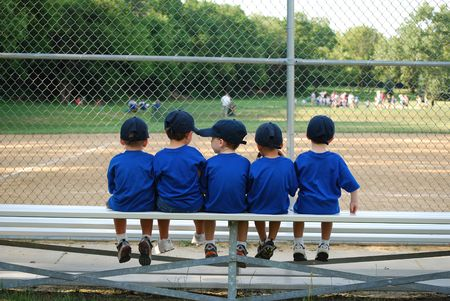 start: Kleine Jungen wartet auf ihre Baseball-Spiel zu beginnen Lizenzfreie Bilder