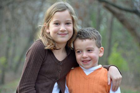 秋の散歩に包含する 2 人の子供