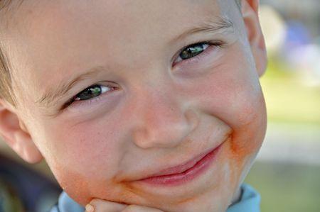 Un niño lindo muestra su sonrisa desordenado Foto de archivo - 6340156
