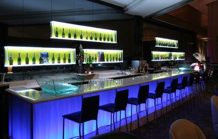 escabeau: Bar branch� en club