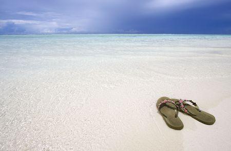 sandal tree: Sandalias en la playa, Maldivas