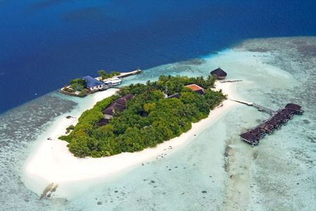 pristine coral reef: Veduta aerea di isola, Maldive