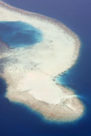 pristine coral reef: Veduta aerea di isola tropicale, Maldive