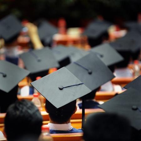 graduado: Disparo de las tapas de graduación durante el inicio.