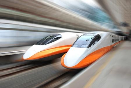deux trains modernes accélérant avec le flou de mouvement.