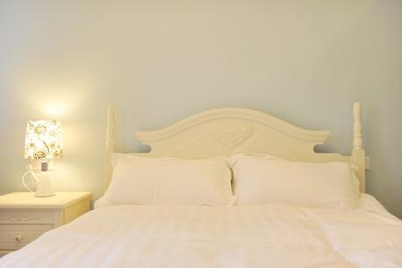 łóżko: King sized bed w pokoju hotelowym biznesu.