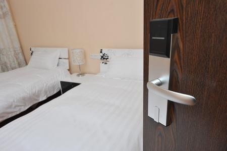 Antique otwieranie drzwi przy spokojnej sypialni
