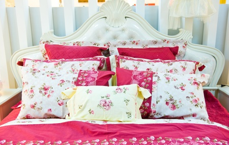 Afbeelding van comfortabele kussens en bed. Stockfoto