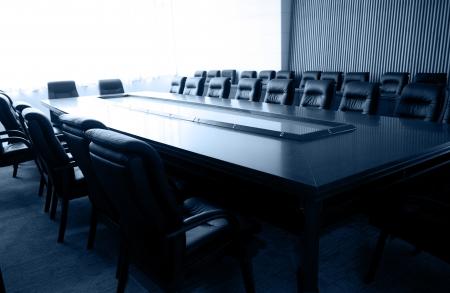 board of director: Conferenza tavolo e sedie in sala riunioni Editoriali