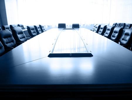 Conferencia de mesa y sillas en la sala de reuniones