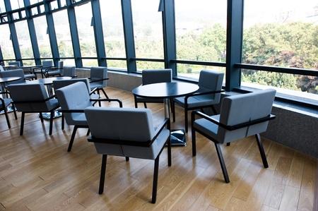 Büro-Bar mit vielen Stühlen und Tisch.