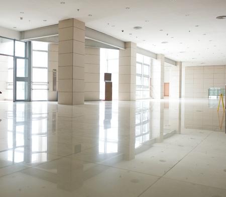 vestibulos: La arquitectura moderna de gran centro de conferencias de negocios.