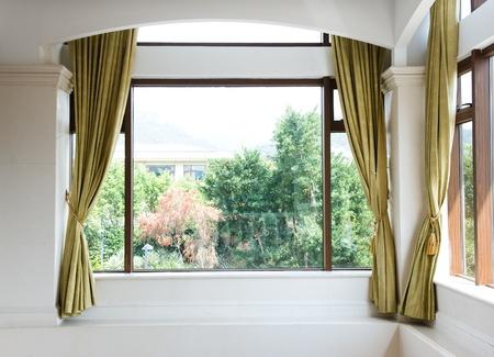 ventanas abiertas: De ventanas y cortinas con vista al jardín. Editorial