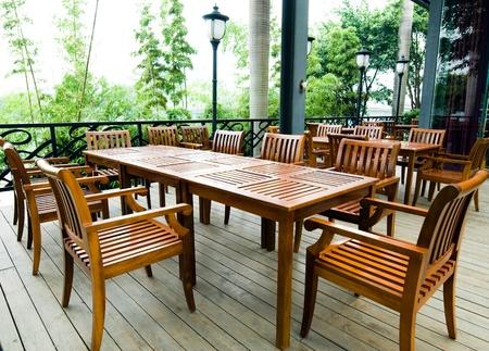 patio furniture: Casa patio con mobili da giardino in legno