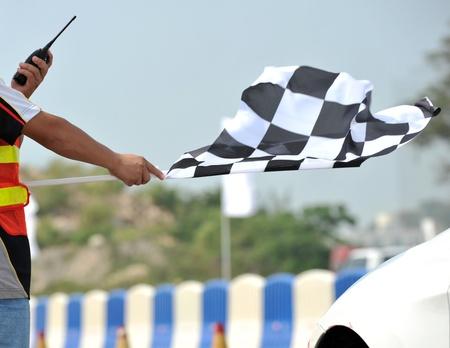 end line: bandera a cuadros la carrera en la mano.
