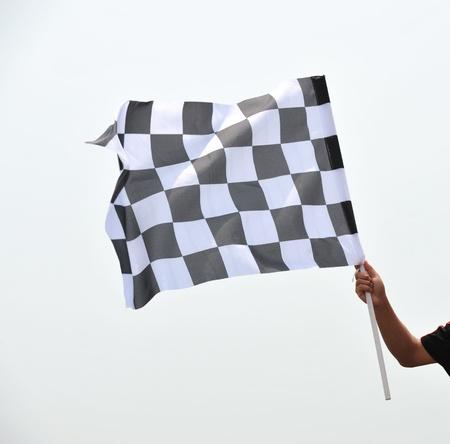 schwarz weiss kariert: kariert Rennen Fahne in der Hand. Lizenzfreie Bilder