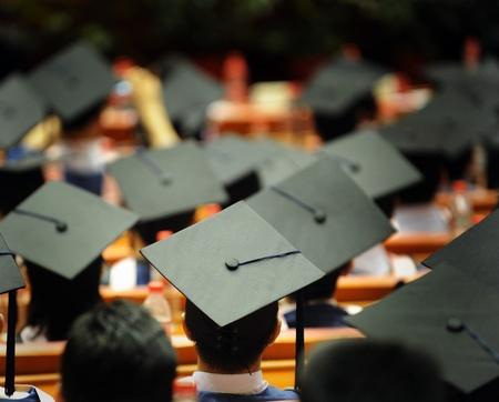 birrete: Disparo de las tapas de graduación durante el inicio.