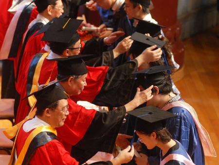 La classe de diplômés dans les calottes et les blouses au départ.