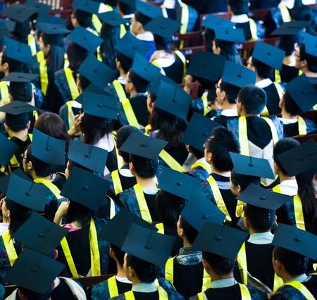 toga y birrete: Disparo de las tapas de graduaci�n durante el inicio.