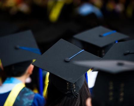 graduacion de universidad: Disparo de las tapas de graduación durante el inicio.
