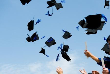 birrete: altos sombreros de graduación de secundaria