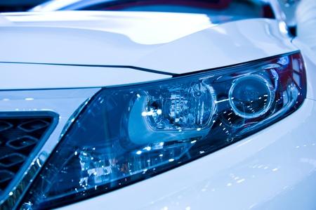 head light: primer plano de la luz del coche la cabeza.