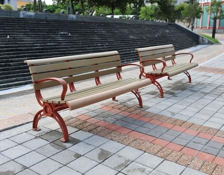 banc de parc: nouvelle banc de bois dans un parc de la ville Banque d'images