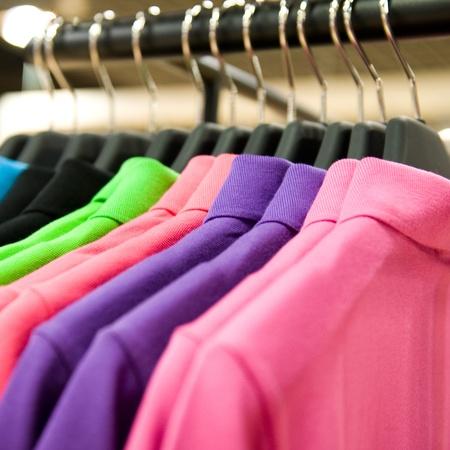 fashion kleding op hangers op de beurs