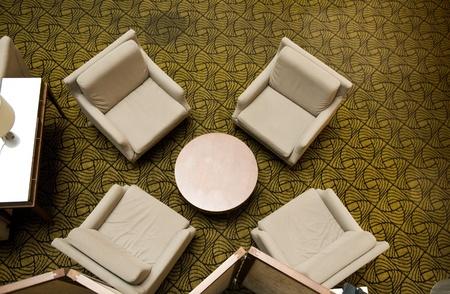 sala de espera con cuatro sillas y mesa, vista superior. Foto de archivo
