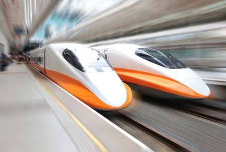 estacion de tren: dos trenes modernos acelerando con el desenfoque de movimiento.