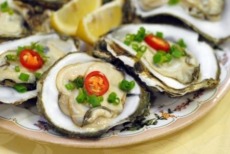 owoce morza: Półmisek ostrygi na talerzu.