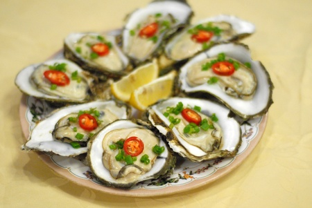 ostracean: Platter of oyster on a plate.