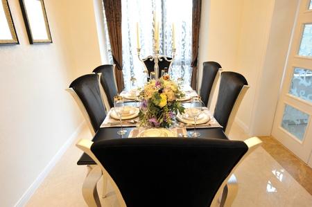 decoracion mesas: Comedor en la casa de lujo con puertas francesas