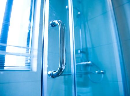 caba�a: detalle de una cabina de ducha de cristal moderno.