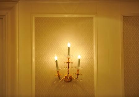 wall sconce: L�mpara de pared en una brillante pared.