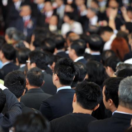 exhibition crowd: Vista posteriore di uomini d'affari in mezzo alla folla Editoriali