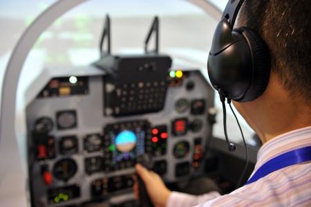 piloto: Dentro de la cabina de vuelo durante el despegue. Foto de archivo