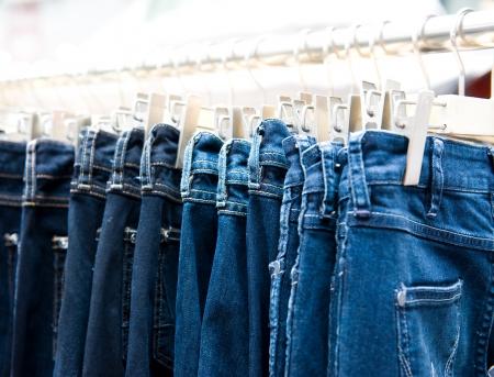 impiccata: Fila di impiccati blue jeans in un negozio