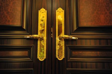 puertas antiguas: Tiradores de las puertas con una puerta doble de edad. Foto de archivo