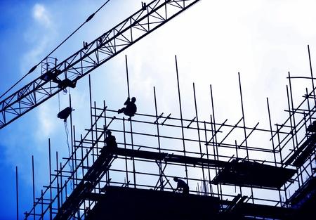 herramientas de construccion: Trabajadores de la construcción que trabajan en andamios