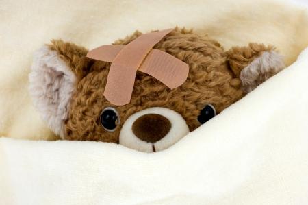teddy bear: Oso de peluche enfermo en la cama